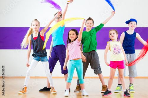 Kinder tanzen Gruppen Choreografie mit Tüchern in Tanzstudio - 135413307