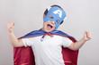 niño disfrazado de superheroe