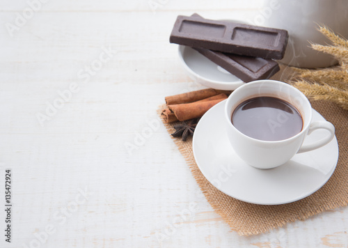 Spoed canvasdoek 2cm dik Chocolade Hot Chocolate in white cups with Chocolate bar on the wooden table