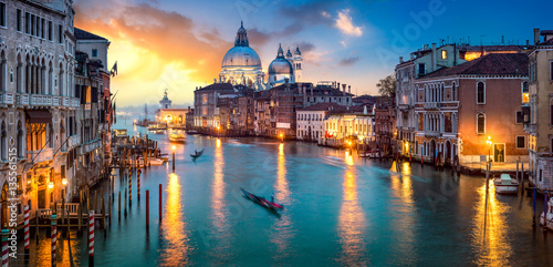 Sonnenuntergang über dem Canal Grande in Venedig, Italien - 135561515