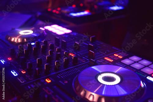 Poster mesa de mezclas con tonos magenta y azul