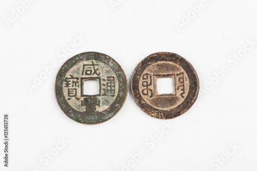 Zdjęcia Antique Chinese Qing Dynasty coins. Isolated on white.