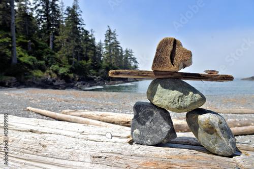 Papiers peints Zen pierres a sable petit bonhomme au bord de la mer