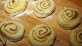 Cooking cinnamon rolls. Each bun should be oiled so that it was covered with a crust during baking.