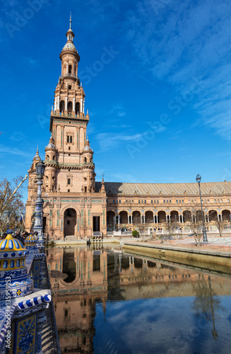 Poster Vue d'une tour, du pont de la Place d'Espagne, Seville, Espagne