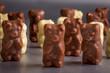 des nounours en chocolat noir et blanc - 135969714