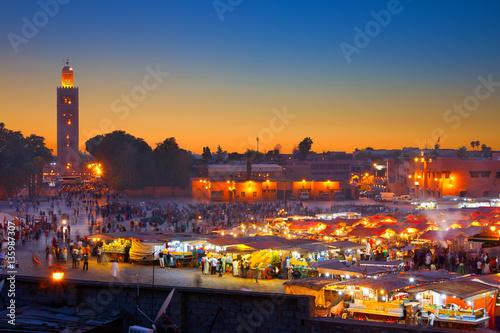Papiers peints Maroc Famous Jemaa el Fna square crowded at dusk. Koutoubia minaret as background. Marrakesh, Morocco