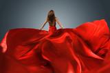 Frau mit rotem Abendkleid mit langer Schleppe
