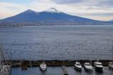 Neapel mit Blick auf den Vesuv mit Schnee auf dem Gipfel
