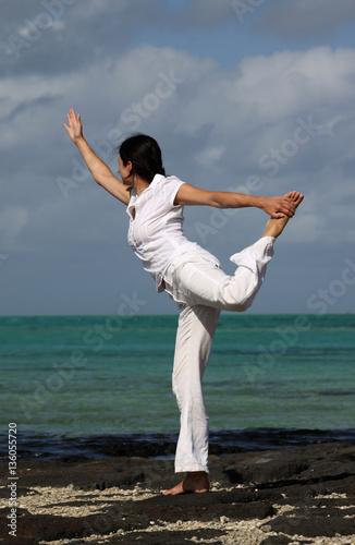 Eine Frau macht Yoga am Strand von Mauritius © Anke Thomass