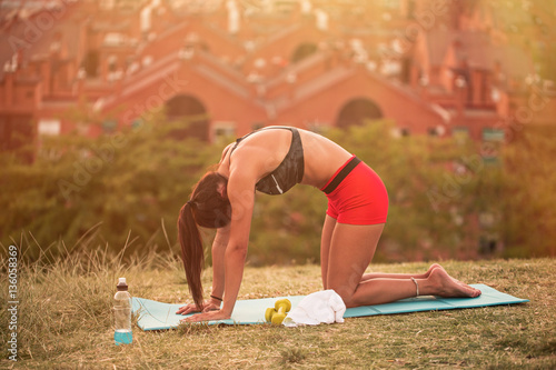 Valokuva athletic woman working out in the city park