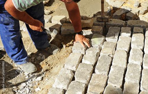 Pavimentado de una calle con adoquines de granito