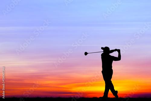 silueta-golfista-jugando-al-golf-durante-la-hermosa-puesta-de-sol