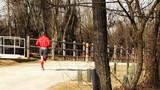 Atleta nel parco in inverno - jogging