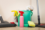 A set of sponges and cleaning products for cleaning, as well as a vacuum cleaner and a mop - 136148987