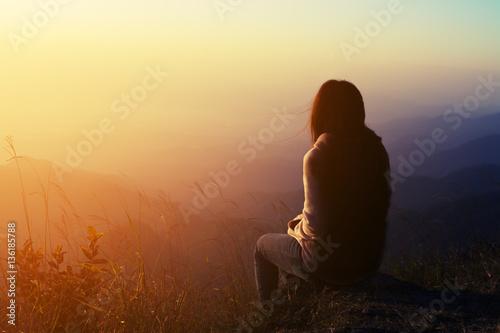 In de dag Ochtendgloren silhouette woman sitting on mountain in morning