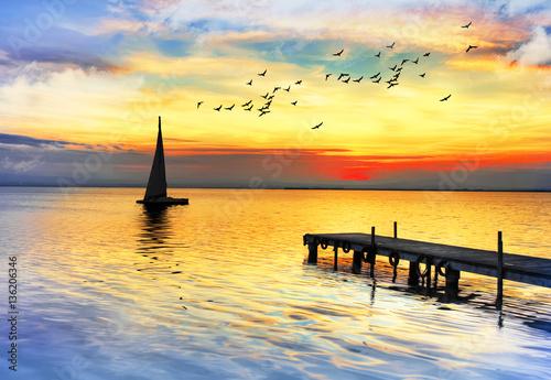 Tuinposter Oranje los colores del atardecer sobre el mar en calma
