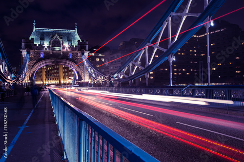 mata magnetyczna Tower Bridge traffic light trails in London at night