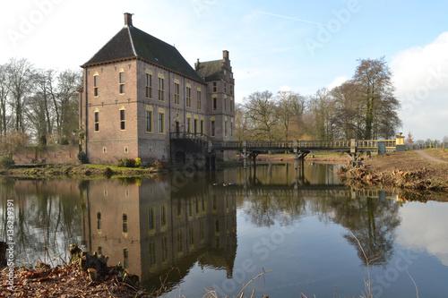 Poster kasteel met gracht en ophaalbrug bij Vorden gemeente Bronckhorst onder een winte