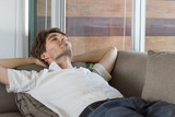 Sieste sur un canapé - 136261785