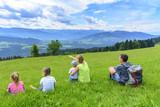 herrlicher Ausblick in die Berge - 136425578