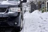 Kleinbus/Van parkt an Straßenrand im verschneiten Winterberg