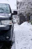 Hochformat-Foto: Kleinbus/Van parkt an Straßenrand im verschneiten Winterberg