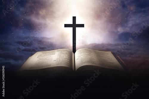 nieba-pojecie-z-biblia-i-krzyzem