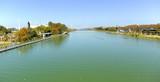 Paisaje de la Isla de la Cartuja y del río guadalquivir a su paso por Sevilla, España