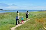 Promenade en famille en bords de mer en Bretagne - 136594515