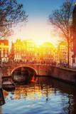 Kanał Amsterdamu o zachodzie słońca. To stolica i najbardziej pop