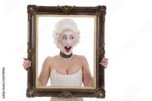 femme dix-huitième siècle avec perruque tenant cadre peinture Poster