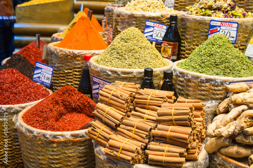 Poster Baskets of Colorful Turkish Spices at the Grand Bazaar in Istanbul, Turkey