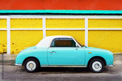 Boczny widok klasyczny samochód parkujący na ulicie w mieście - rocznika koloru skutka retro style