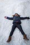 Una niña divirtiéndose en la nieve