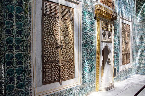 Leinwand Poster Inlaid doors and mosaic tiles