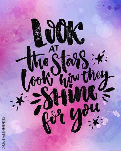 spojrz-na-gwiazdy-zobacz-jak-one-swieca-dla-ciebie-inspirujacy-cytat-na-fioletowym-i-rozowym-tle-akwarela
