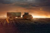 Traktor auf einem Acker - 136951337