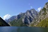 река среди гор