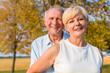 Senior Frau und Mann, ein Paar, umarmen sich verliebt