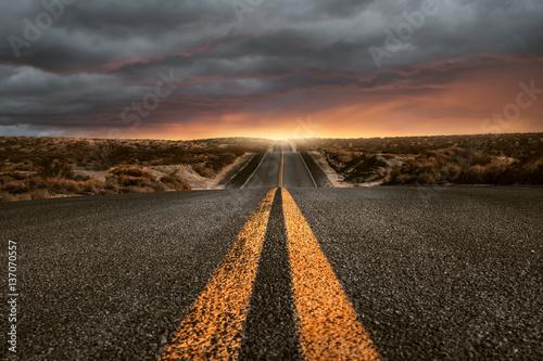 Straße über Hügel - 137070557