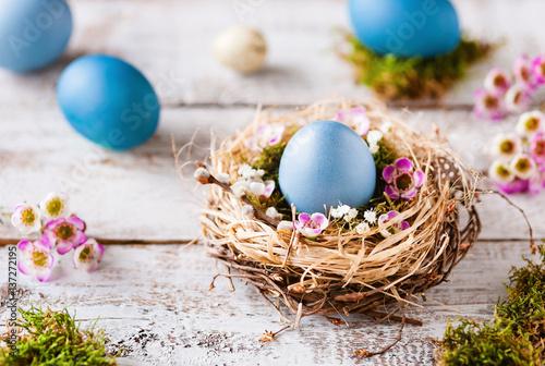 Piękna, naturalna Easter dekoracja z błękitnymi Easter jajkami na nieociosanym drewnie