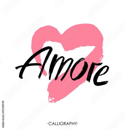 Póster Amore - palabra de letras dibujadas a mano con corazón rosa
