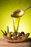 olio doliva e olive su sfondo verde