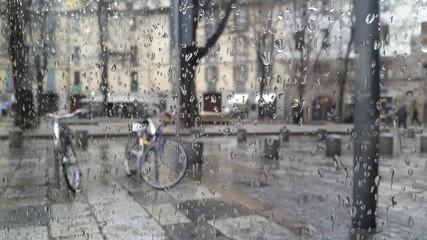 Pioggia attraverso il vetro