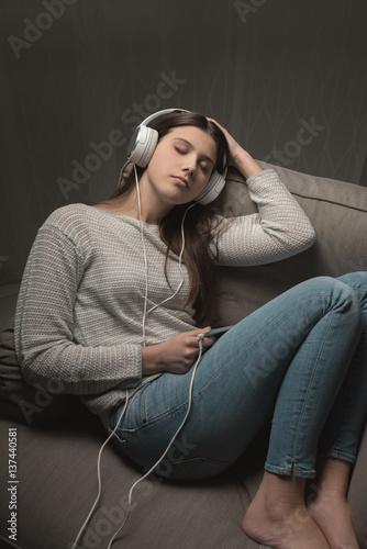 Fotobehang Muziek Girl listening to relaxing music