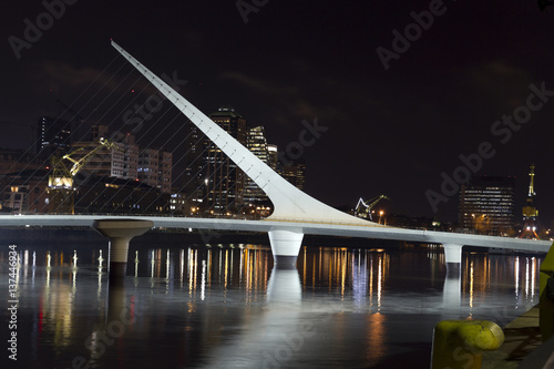 Papiers peints Buenos Aires The woman bridge. Puerto Madero is a district at Buenos Aires, Argentina, occupying a portion of the Río de la Plata riverbank and representing the latest architectural trends in Buenos Aires