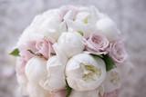 delizioso colorato bouquet da sposa con fiori bianchi e rosa - 137491123