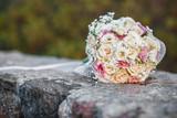 Bellissimo colorato bouquet da sposa  su un muretto in pietra