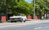 Weisser Cabriolet Oldtimer auf der Straße in Varadero Kuba - Serie Kuba Reportage